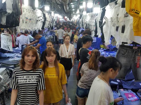 Công nhân săn quần áo tết giảm giá đến tối mịt - Ảnh 2.