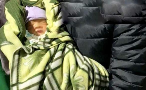 Nhờ người khác bồng con 10 ngày tuổi, người mẹ lên taxi đi mất dạng - Ảnh 1.