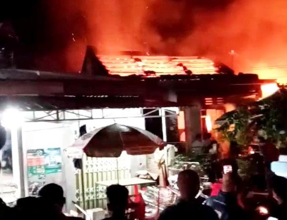 Cháy tiệm tạp hoá rồi lan ra cháy luôn nhà dân ở Quảng Nam - Ảnh 1.