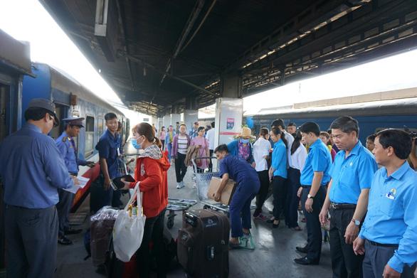 Nhiều khách trễ tàu về quê ở ga Sài Gòn - Ảnh 1.
