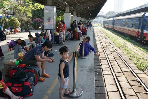 Nhiều khách trễ tàu về quê ở ga Sài Gòn - Ảnh 2.