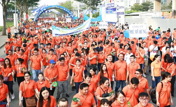 Gần 15.000 người tham gia đi bộ ủng hộ người nghèo - Ảnh 1.