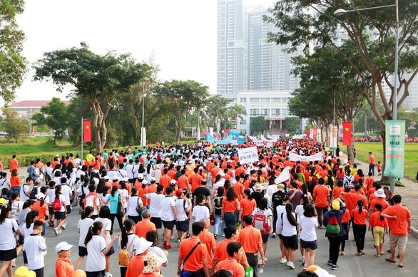 Gần 15.000 người tham gia đi bộ ủng hộ người nghèo - Ảnh 4.
