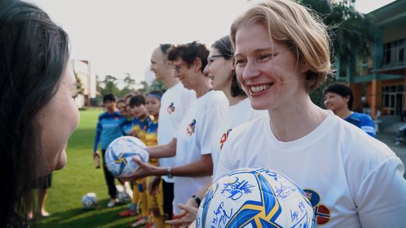 Đại sứ New Zealand, Na Uy, Canada và Thụy Sĩ chúc tết cùng đội tuyển bóng đá nữ - Ảnh 1.