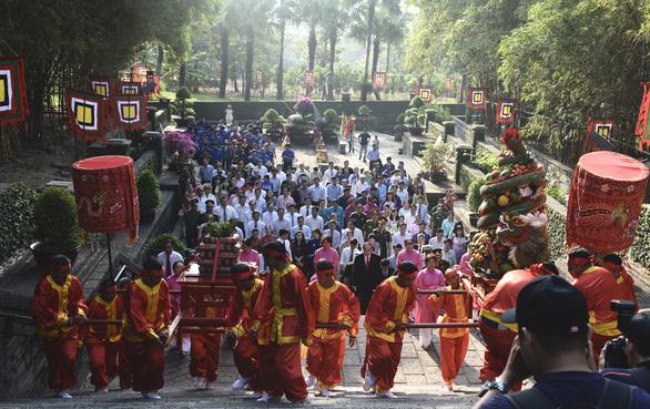 Lãnh đạo, người dân TP.HCM dự Hội xuân phương Nam, tưởng niệm các vua Hùng - Ảnh 1.