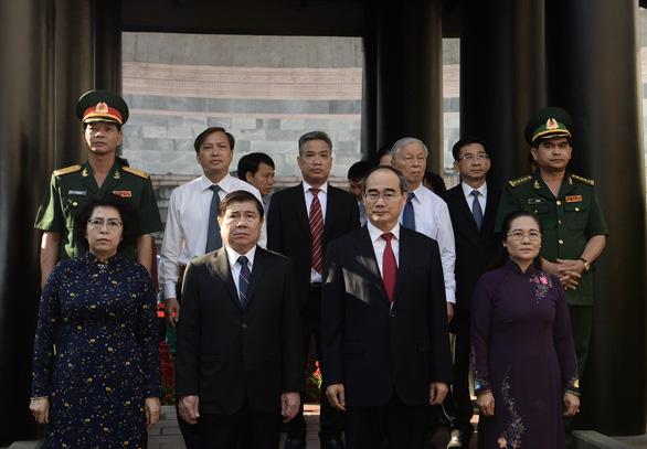 Lãnh đạo, người dân TP.HCM dự Hội xuân phương Nam, tưởng niệm các vua Hùng - Ảnh 2.
