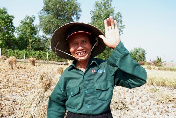 Gặt lúa giữa đồng trưa 27 tết, vợ chồng già cười tặng cả mùa xuân - Ảnh 9.