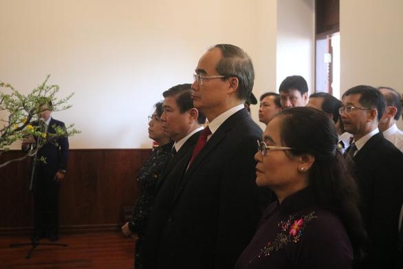 Lãnh đạo TP.HCM dâng hương Chủ tịch Hồ Chí Minh và Chủ tịch Tôn Đức Thắng - Ảnh 1.