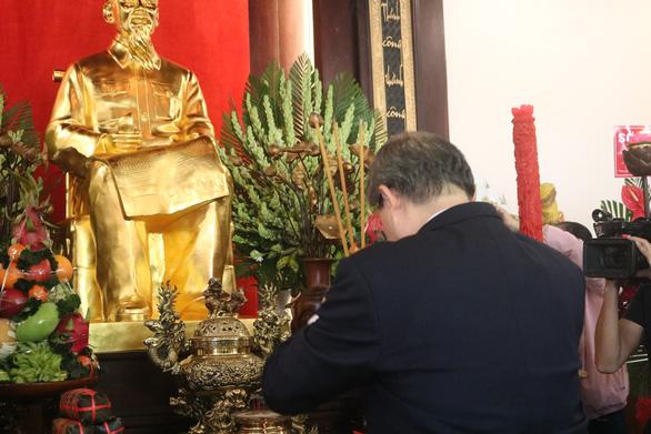 Lãnh đạo TP.HCM dâng hương Chủ tịch Hồ Chí Minh và Chủ tịch Tôn Đức Thắng - Ảnh 2.