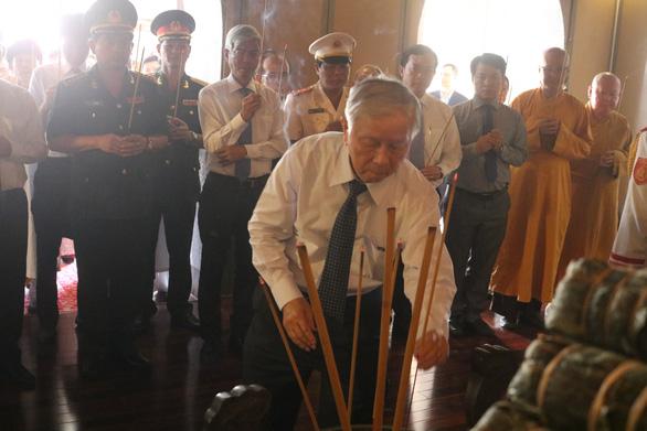 Lãnh đạo TP.HCM dâng hương Chủ tịch Hồ Chí Minh và Chủ tịch Tôn Đức Thắng - Ảnh 3.