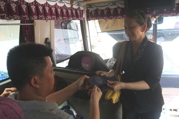 Rơi nước mắt với hơn 300 bệnh nhân ung thư về quê trên chuyến xe miễn phí - Ảnh 1.