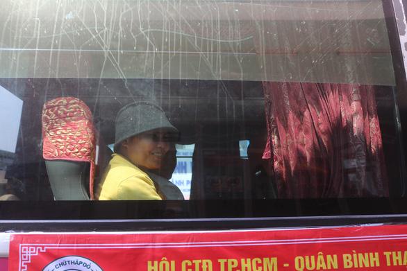 Rơi nước mắt với hơn 300 bệnh nhân ung thư về quê trên chuyến xe miễn phí - Ảnh 8.