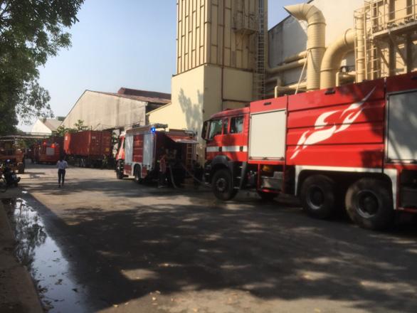 Sau tiếng nổ lớn, lửa bùng cháy ở công ty gỗ rộng hàng ngàn mét vuông - Ảnh 2.