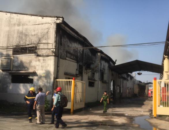 Sau tiếng nổ lớn, lửa bùng cháy ở công ty gỗ rộng hàng ngàn mét vuông - Ảnh 3.