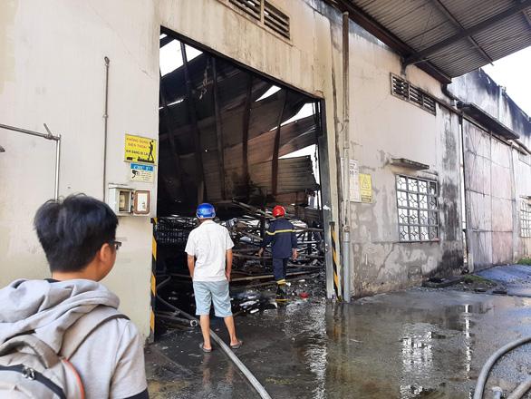 Sau tiếng nổ lớn, lửa bùng cháy ở công ty gỗ rộng hàng ngàn mét vuông - Ảnh 1.