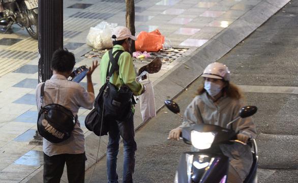 Bất ngờ một Sài Gòn ngày cận tết nhìn từ buýt mui trần 2 tầng - Ảnh 24.