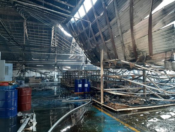 Sau tiếng nổ lớn, lửa bùng cháy ở công ty gỗ rộng hàng ngàn mét vuông - Ảnh 4.