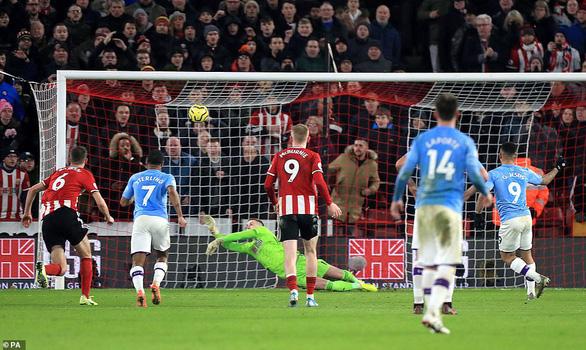 Aguero tỏa sáng, M.C thu hẹp khoảng cách với Liverpool - Ảnh 2.