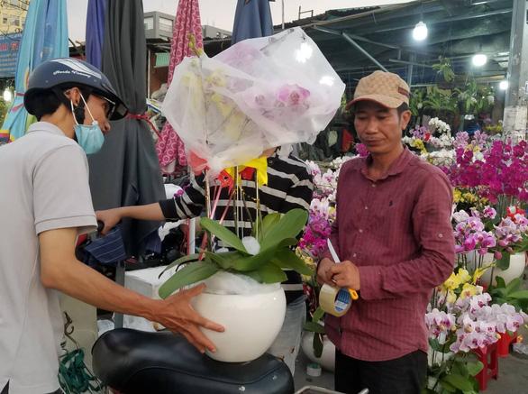 Cận tết, dân Sài Gòn rủ nhau đi săn lan hồ điệp đến khuya - Ảnh 6.