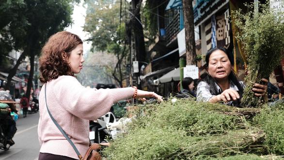 Người Hà Nội chen chân trong phiên chợ cuối cùng của năm - Ảnh 11.