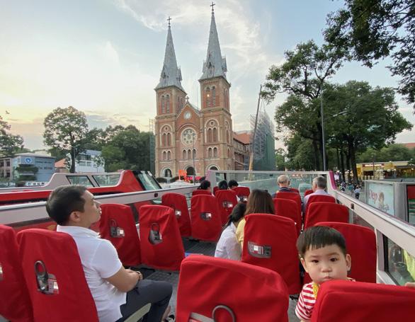 Bất ngờ một Sài Gòn ngày cận tết nhìn từ buýt mui trần 2 tầng - Ảnh 2.