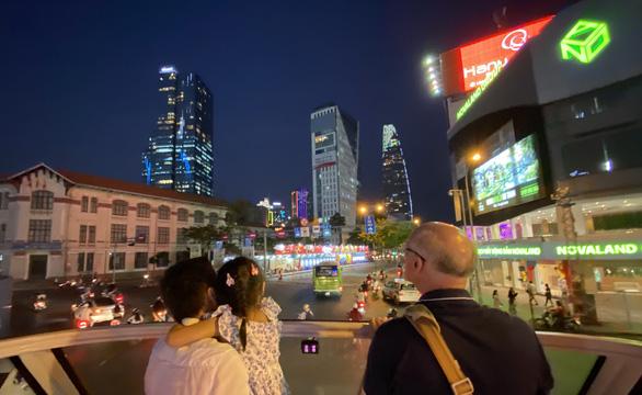 Bất ngờ một Sài Gòn ngày cận tết nhìn từ buýt mui trần 2 tầng - Ảnh 4.