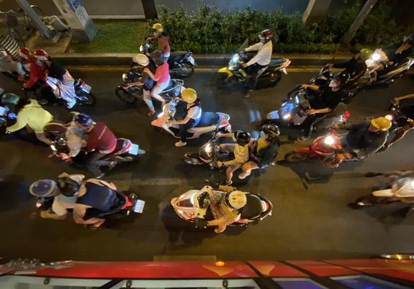 Bất ngờ một Sài Gòn ngày cận tết nhìn từ buýt mui trần 2 tầng - Ảnh 19.