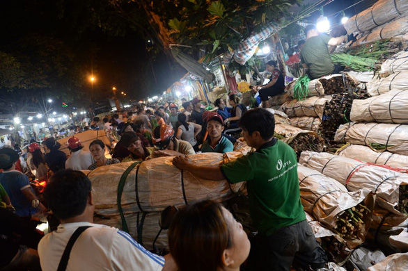 Bẻ lái phút chót, chợ hoa lớn nhất Sài Gòn thoát thất thủ - Ảnh 1.