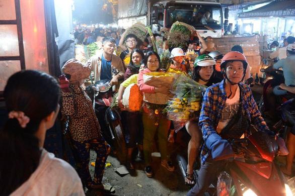 Bẻ lái phút chót, chợ hoa lớn nhất Sài Gòn thoát thất thủ - Ảnh 4.