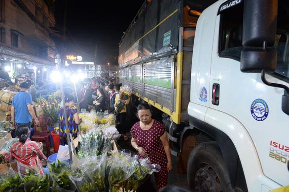 Bẻ lái phút chót, chợ hoa lớn nhất Sài Gòn thoát thất thủ - Ảnh 3.
