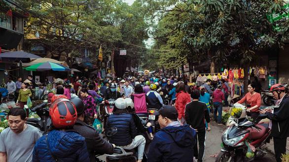 Người Hà Nội chen chân trong phiên chợ cuối cùng của năm - Ảnh 4.