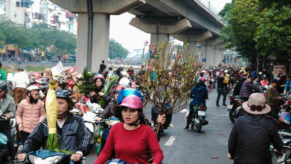 Người Hà Nội chen chân trong phiên chợ cuối cùng của năm - Ảnh 3.