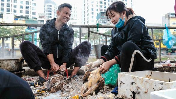 Người Hà Nội chen chân trong phiên chợ cuối cùng của năm - Ảnh 7.