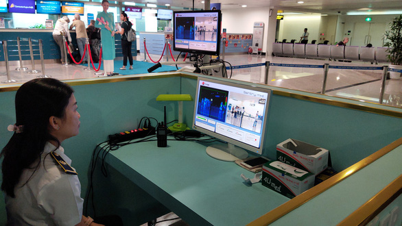 Sân bay Tân Sơn Nhất kiểm soát chặt hành khách từ Vũ Hán - Ảnh 1.