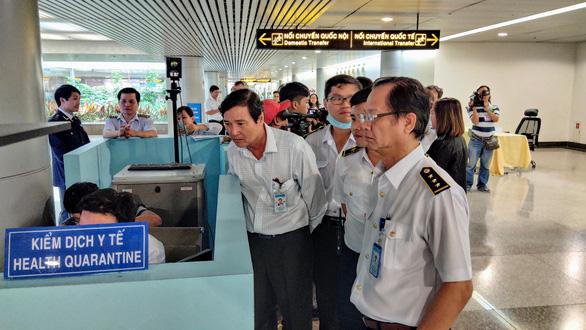 Sân bay Tân Sơn Nhất kiểm soát chặt hành khách từ Vũ Hán - Ảnh 2.