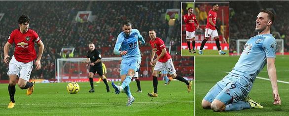Thua sốc trước Burnley ở Old Trafford, M.U kém Liverpool...30 điểm - Ảnh 1.