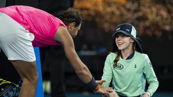 Nadal đốn tim cộng đồng mạng vì hôn bé gái nhặt bóng - Ảnh 2.