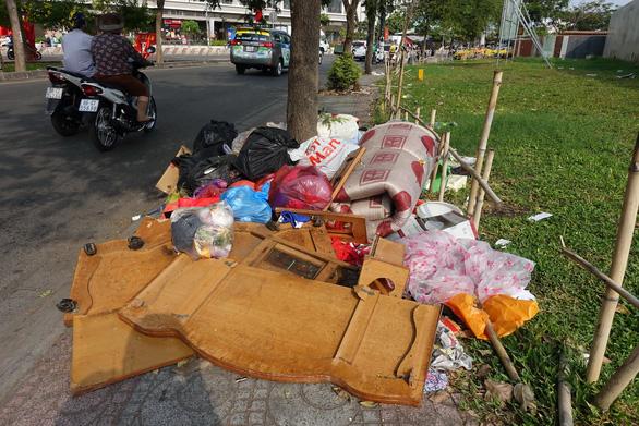 Rác tết Sài Gòn tăng gấp ba, bốn lần - Ảnh 1.