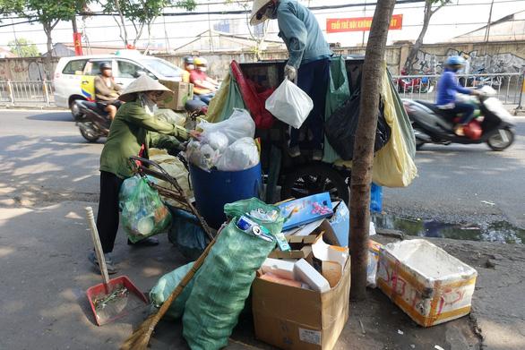 Rác tết Sài Gòn tăng gấp ba bốn lần - Ảnh 2.