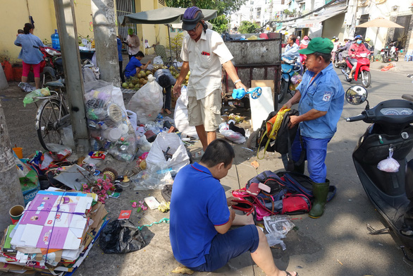 Rác tết Sài Gòn tăng gấp ba bốn lần - Ảnh 3.
