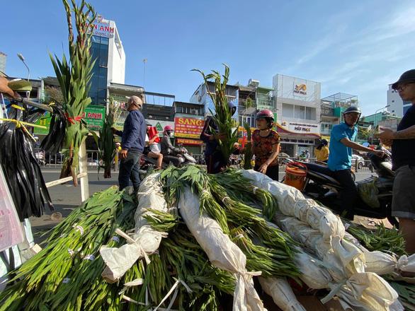 Tan tác chợ hoa Sài Gòn, tiền tỉ đổ bỏ ngày 30 tết - Ảnh 7.