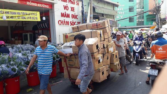 Tan tác chợ hoa Sài Gòn, tiền tỉ đổ bỏ ngày 30 tết - Ảnh 6.