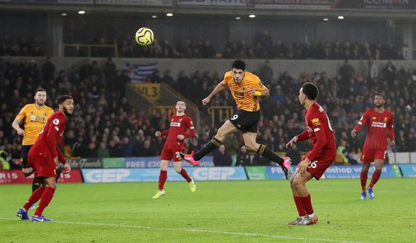 Thắng sát nút Wolverhampton 2-1, Liverpool duy trì mạch bất bại - Ảnh 2.