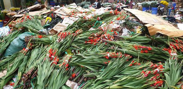 Tan tác chợ hoa Sài Gòn, tiền tỉ đổ bỏ ngày 30 tết - Ảnh 8.