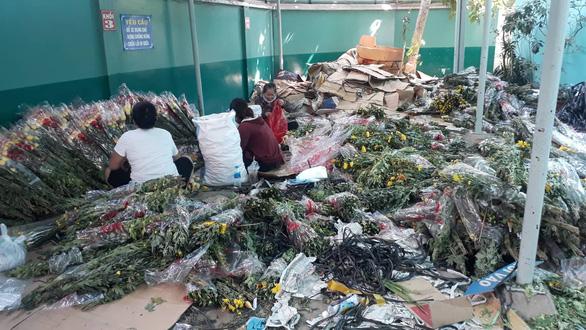 Tan tác chợ hoa Sài Gòn, tiền tỉ đổ bỏ ngày 30 tết - Ảnh 5.