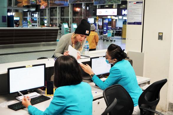 Hàng không sẽ hoàn vé máy bay miễn phí cho khách bay đến/đi từ Trung Quốc - Ảnh 1.