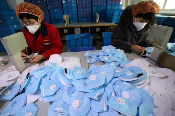 Sốt khẩu trang mùa dịch: Nhà sản xuất Trung Quốc bỏ nghỉ tết, Singapore cháy hàng - Ảnh 1.