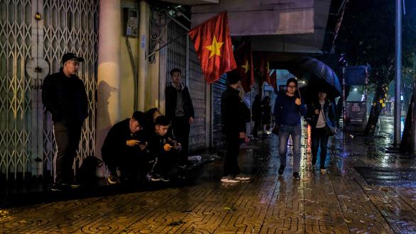 Sắp đến giao thừa nhưng Hà Nội mưa lớn, đường phố buồn thiu - Ảnh 5.