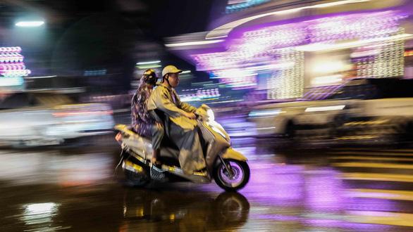 Sắp đến giao thừa nhưng Hà Nội mưa lớn, đường phố buồn thiu - Ảnh 1.