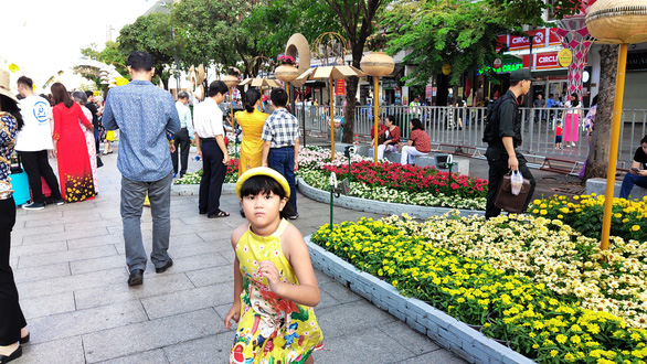 Đường hoa Nguyễn Huệ mở cửa 2 ngày, 9 trẻ nhỏ bị lạc - Ảnh 2.